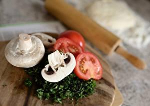 Фотографии Помидоры Грибы Шампиньоны двуспоровые Разделочная доска Размытый фон Нарезанные продукты Еда