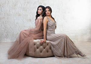 Фотографии Двое Сидит Платье Девушки