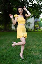 Фото Victoria Bell Брюнетки Позирует Ног Улыбается Девушки