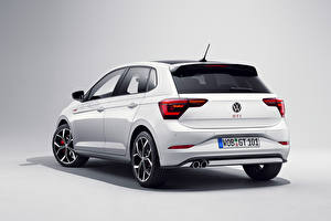 Фото Volkswagen Белый Металлик Сзади Сером фоне Polo GTI, (Worldwide), (Typ AW), 2021 Автомобили
