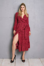 Фотографии Yvonne Woelke Блондинка Поза Платье Ноги Взгляд Девушки