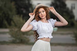Фотографии Поза Руки Шляпы Смотрят Размытый фон Angelina Tikhonova, Vladimir Vasiliev молодая женщина