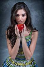 Фото Яблоки Модель Руки Взгляд Elle молодая женщина