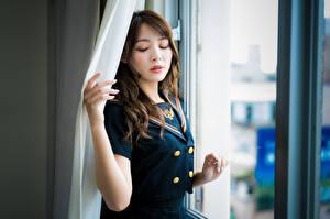 Картинки Азиатка Размытый фон Окно Позирует Униформе Шатенки