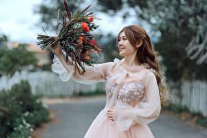Фото Азиаты Букеты Улыбка Платье Размытый фон Шатенки молодые женщины