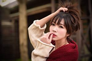 Картинки Азиаты Шатенки Руки Взгляд Боке молодая женщина