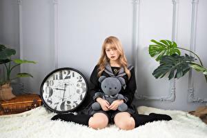 Фотография Азиатка Часы Мишки Поза Сидит Взгляд Гольфах Блондинки