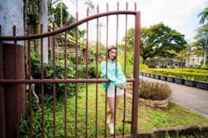Фото Азиаты Забора Позирует молодые женщины