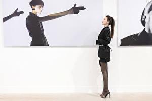 Картинки Азиаты Жесты Сбоку Ног Колготки девушка