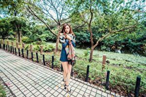 Фото Азиаты Ног Платья Смотрят девушка