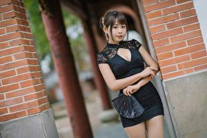 Фотография Азиатка Позирует Платье Декольте Веер Смотрит Девушки