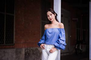 Картинки Азиаты Позирует Смотрит молодая женщина