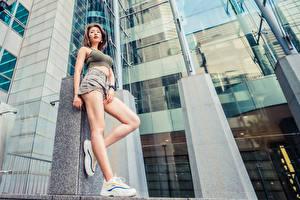 Фотография Азиатка Поза Ног Шорт Кроссовках Майке молодая женщина