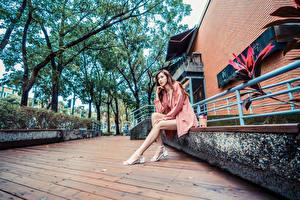 Картинки Азиатки Сидит Ноги Смотрят девушка