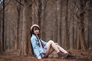 Фотография Азиатки Сидящие Ног Очках Косички Берет Взгляд девушка