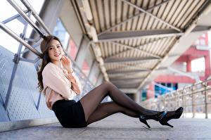 Фото Азиаты Сидя Ног Колготок Туфли Улыбка Взгляд девушка