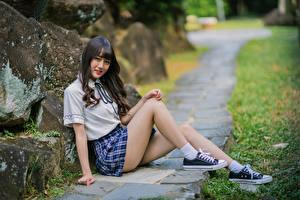 Обои Азиатки Улыбка Сидящие Ног Юбки Смотрят девушка