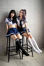 Фотографии Азиаты Двое Униформа Школьница Гольфах Ноги девушка