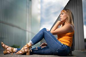 Фотография Поза Сидит Ног Джинсов Размытый фон Aurelia молодые женщины
