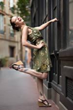 Обои для рабочего стола Поза Платье Ноги Смеются Bea Девушки