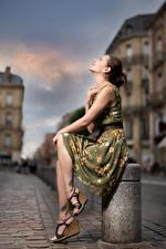 Обои Поза Сидит Платье Размытый фон Bea Девушки картинки