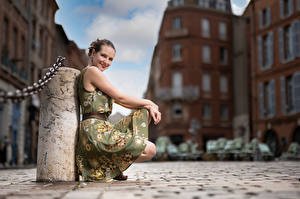 Обои Поза Сидит Платье Улыбка Взгляд Размытый фон Bea Девушки картинки