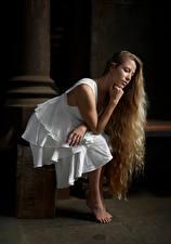 Обои для рабочего стола Блондинка Позирует Сидит Платье Волосы молодая женщина