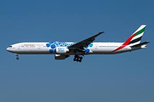 Картинки Boeing Самолеты Пассажирские Самолеты Сбоку 777-300ER, Emirates