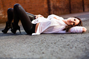 Фото Размытый фон Шатенки Лежат Взгляд Ноги Рубашке Девушки
