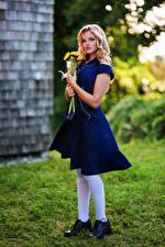 Фотография Букеты Блондинка Платья Смотрят Hannah Девушки