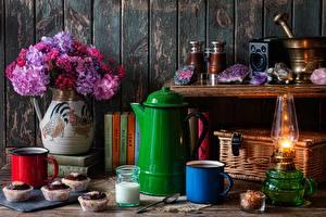 Фотографии Букеты Чайник Керосиновая лампа Капкейк кекс Натюрморт Вазы Кружка Ложки Книга Еда