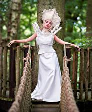Фотографии Мост Платье Белые Поза Руки Смотрит Девушки