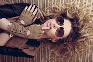 Картинка Шатенки Очках Рука Перчатки Маникюра Волос молодые женщины