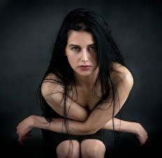 Картинка Брюнетка Руки Взгляд молодые женщины