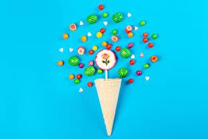 Картинки Конфеты Леденцы Драже Цветной фон Вафельный рожок Еда