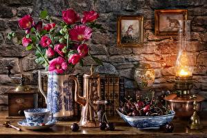Обои для рабочего стола Черешня Букет Мальва Кофемолка Керосиновая лампа Натюрморт Тарелка Ваза Чашка Книги Пища Цветы