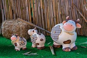 Картинки Корова Игрушка Втроем Трава Юмор