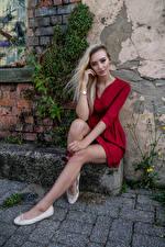 Картинки Модель Блондинка Сидящие Ноги Платье Смотрит Daria Девушки