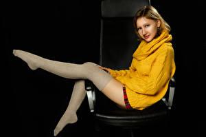 Фотография Сидит Ног Гольфы Свитере Смотрит Dasha, Nikolay Bobrovsky молодая женщина