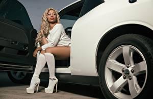 Фото Дредлоки Колесо Негры Блондинок Сидит Руки Ноги Туфли Гольфы девушка Автомобили