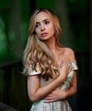 Фото Платья Руки Взгляд Волосы девушка