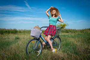 Фотографии Луга Victoria Borodinova Блондинки Велосипед Шляпа Юбка Блузка девушка