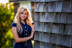 Картинки Блондинка Улыбка Рука Смотрят Красивый Hannah девушка
