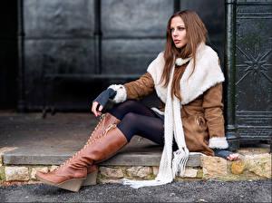Картинка Сидящие Ног Сапоги Взгляд Шатенка Helen девушка