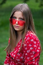 Картинка Смотрят Очков Платье Русая Волос Holly молодые женщины