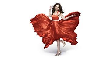 Картинки Индийские Позирует Платья Ноги Улыбается Белый фон Shraddha Kapoor Знаменитости Девушки