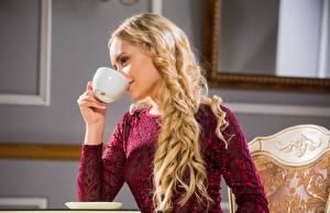 Фото Блондинок Руки Чашке Пить Прически Волосы Isabella Star
