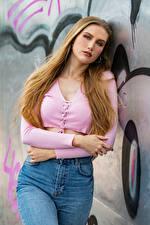 Картинки Блондинок Поза Джинсов Руки Смотрит Jolanda молодые женщины