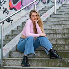 Картинка Блондинки Сидя Лестницы Джинсов Блузка Смотрят Jolanda Девушки