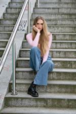 Обои Лестницы Сидит Джинсы Взгляд Блондинка Jolanda молодая женщина